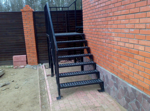 Уличная металлическая лестница